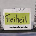 """Fotografie Ensemble Taschen mit Aufdruck """"un-kauf-bar""""e Werte. Entstanden am Flappachweiher in Ravensburg im Winter 2017"""