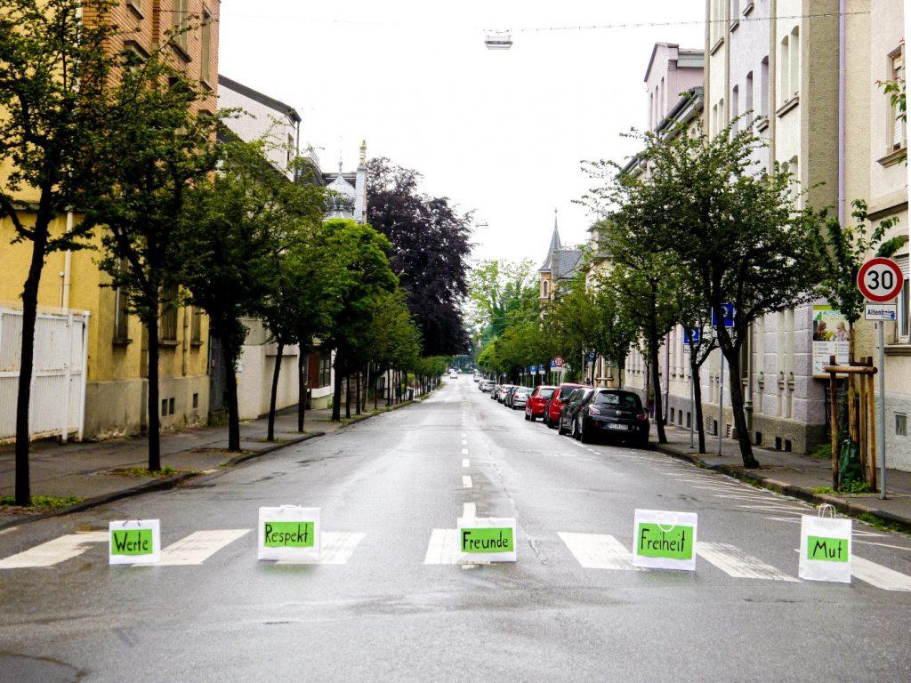 Ausstellung: Crossing the Roads